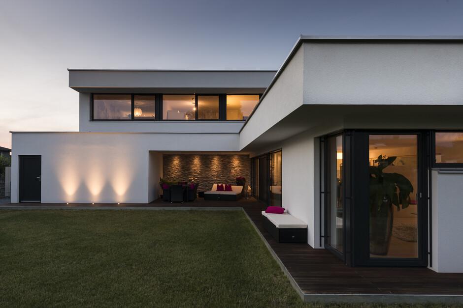 Einfamilienhaus rankweil modern massivbau l form for Haus modern flachdach