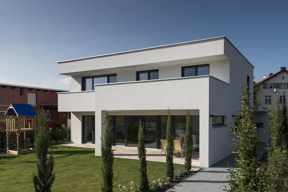 Einfamilienhaus flachdach berdachte terrasse for Einfamilienhaus modern flachdach