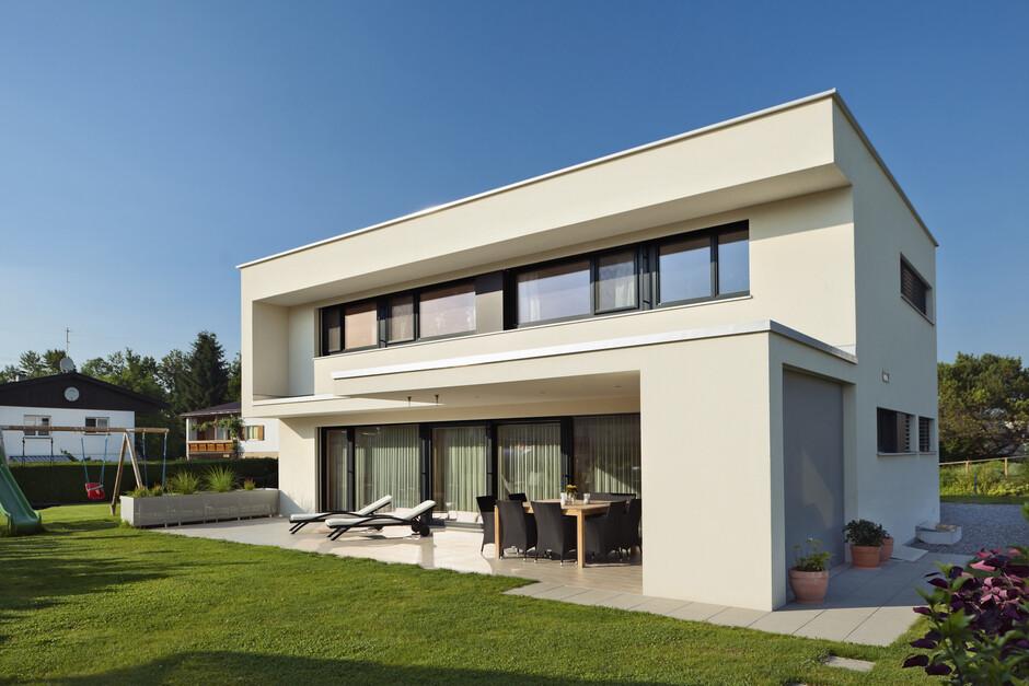 Terrasse mit grsern moderne architektur bauhaus for Einfamilienhaus moderne architektur